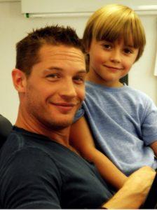 Фотом Тома Харди с сыном Луисом