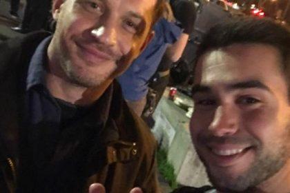 Том Харди с фанатом ( Алан Синчич) на съемках венома