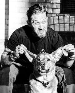 Том Харди со своей собакой Вудстоком