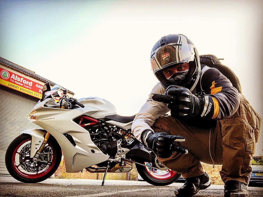 Том Харди возле мотоцикла