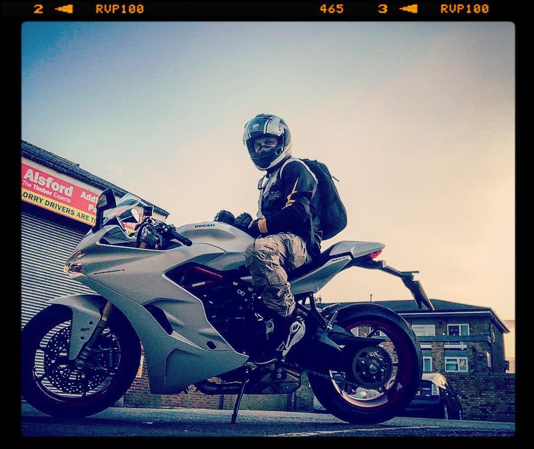 Том Харди на мотоцикле